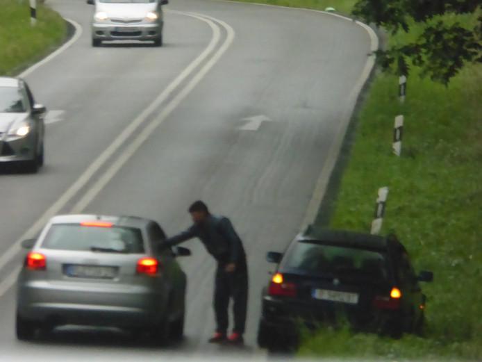De snelwegoplichters op de toe- en afrit van de A12 bij Elten.