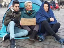 Video | Marjan zet vluchtelingententjes op in binnenstad Zwolle