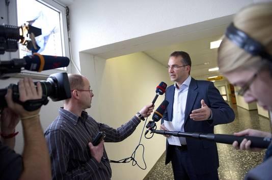 Directeur Thomas Jendges van de SLK-Kliniken tijdens de persconferentie over het ontslag van de omstreden Nederlandse neuroloog Ernst Jansen Steur bij het ziekenhuis Klinikum Am Gesundbronnen in Heilbronn.