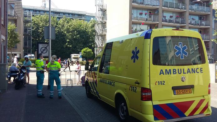 Een ambulance staat paraat langs de Veemarkt in Nijmegen.