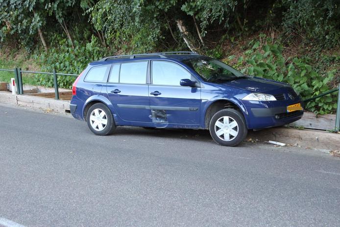 De auto raakte beschadigd door de botsing.