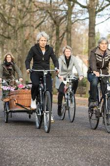 Rouwstoet per fiets door Baarn voor natuurliefhebster