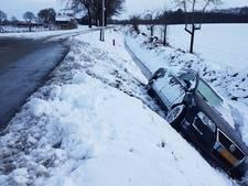 Auto glijdt van de weg in Drempt