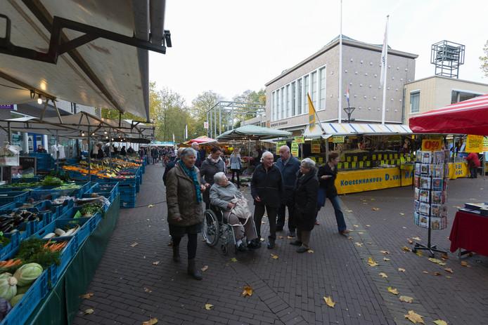 Op vrijdag is het markt in Zevenaar. Op de achtergrond het gemeentehuis.