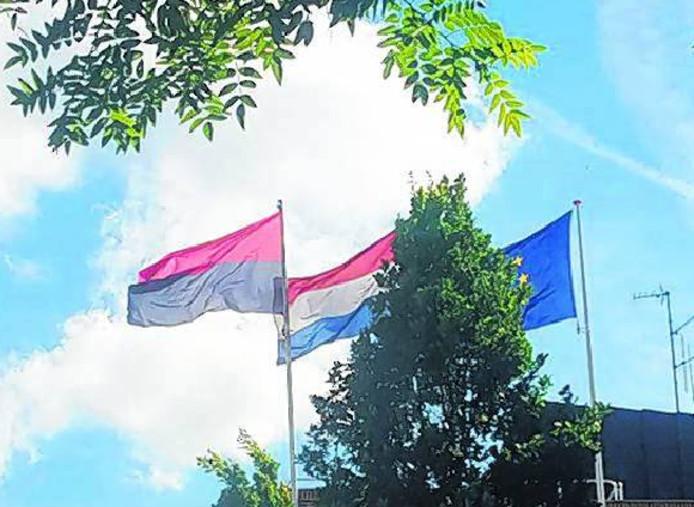 De Nijmeegse vlag op de kop.