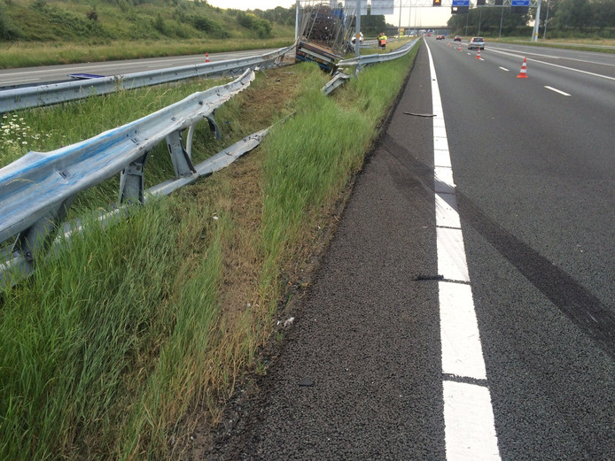 Remspoor op de A73 na het ongeval met een vrachtwagen.