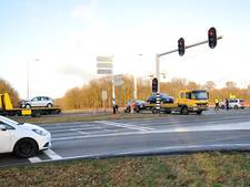 Vrouw gewond bij botsing op N225: bestuurster reed mogelijk door rood
