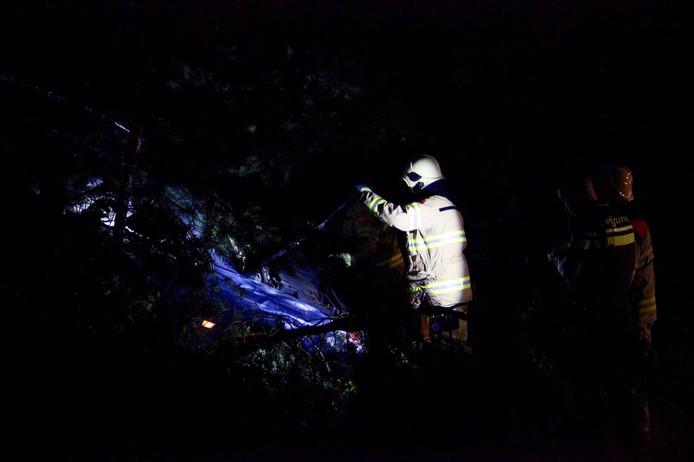 De auto is over de vangrail in de bosjes terechtgekomen.