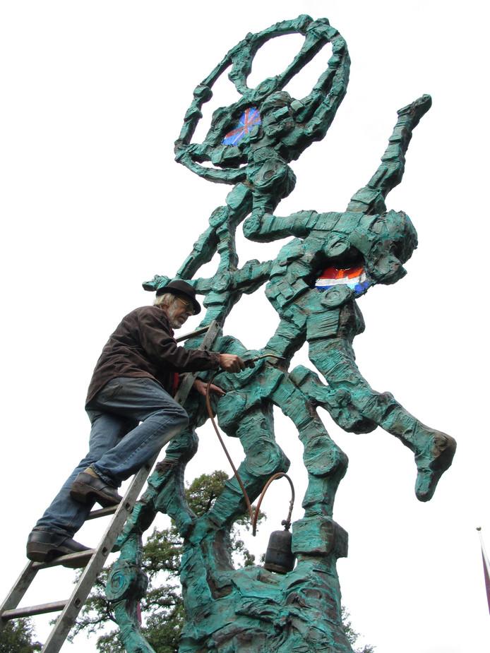 Jits Bakker aan het werk bij een van zijn beelden