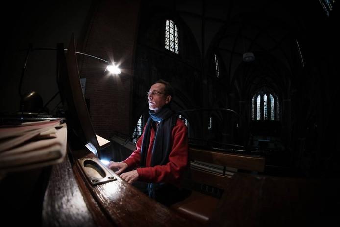 Frans Thomassen bij het orgel van de Calixtusbasiliek.