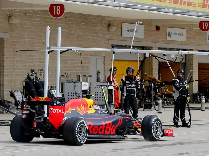 VIDEO: Chaos bij pitstop van Max Verstappen