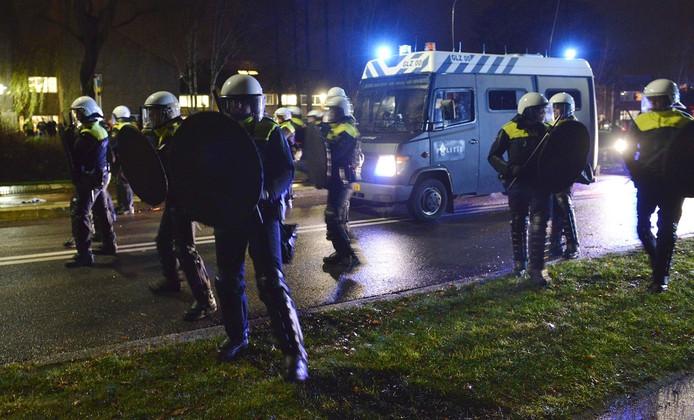 De ME in actie bij de rellen in Geldermalsen.