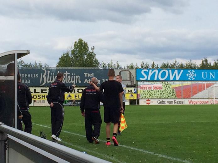 Tumult in Waardenburg. Jukic (WNC) krijgt rood en scheidsrechter Thoonen geeft ook rood aan WNC-trainer Cor Prein.