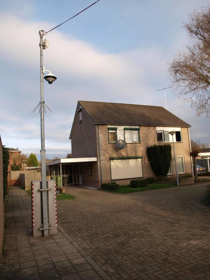 De camera met op de achtergrond de woning van het Somalische gezin.