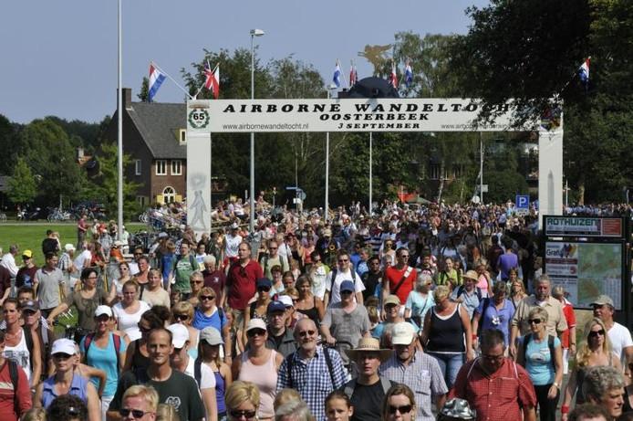 Dik 34.000 wandelaars van de Airborne Wandeltocht in 2015.