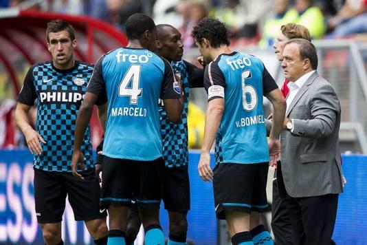 Advocaat instrueert zijn spslers tegen FC Utrecht.