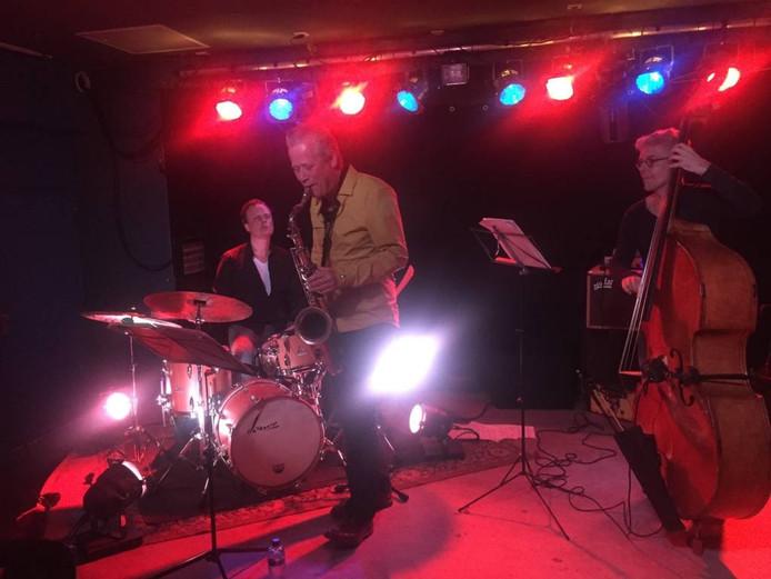 Ewout Dercksen met drummer Wim de Vries en Taeke Stol..