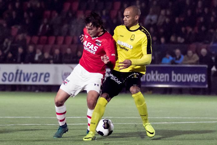 Jong AZ-speler Joris van Overeem (l) in duel met Lienden-speler Jermo Wilsterman (r)