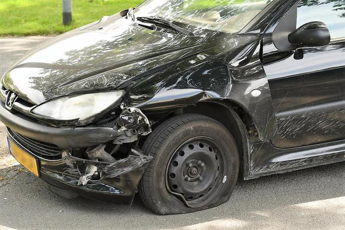 De beschadigde auto na het ongeval in Duiven.