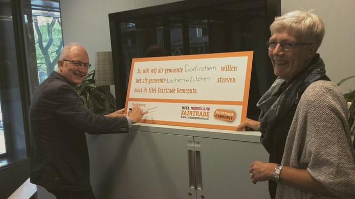 Wethouder Frans Langeveld zet zijn handtekening voor fairtrade. Foto: DG