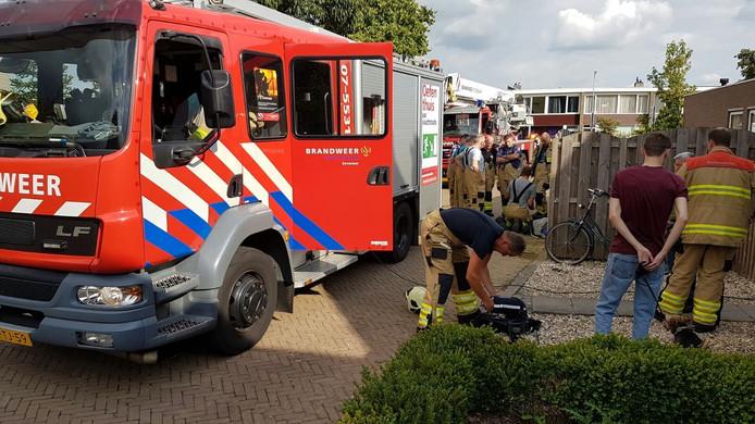 De brandweer aan het werk bij de woning.