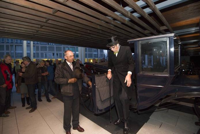 'Ir. Jan Willem Tellegen' arriveert bij het Arnhemse stadhuis. Foto Rolf Hensel