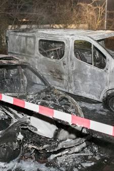 Auto en busje volledig uitgebrand in Doesburg