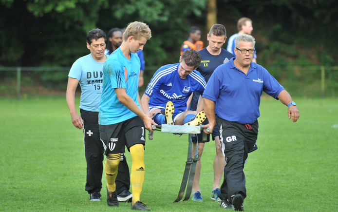 Dennis Rou van Duno wordt per brancard het veld afgedragen tijdens de oefenwedstrijd tegen Waasland-Beveren.