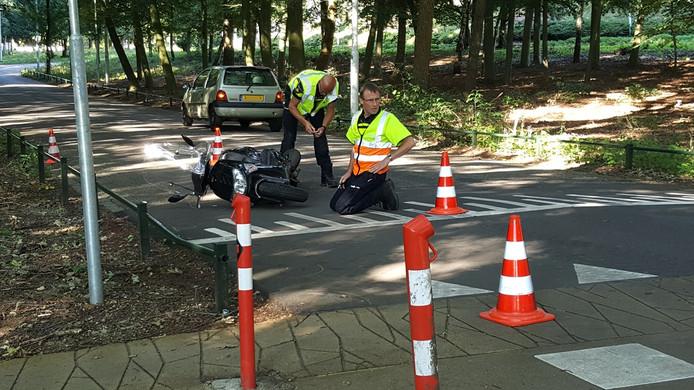 De politie doet onderzoek op de plaats van het ongeval.