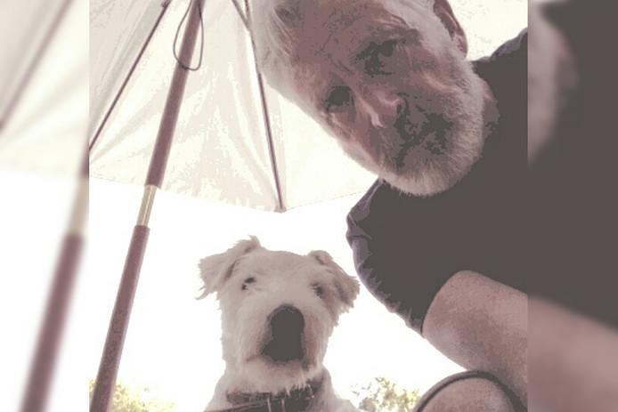Redactiechef Hans Gulpen met hond Truus op de foto.