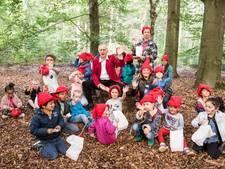 Herman van Veen vertelt kabouterverhalen in het bos
