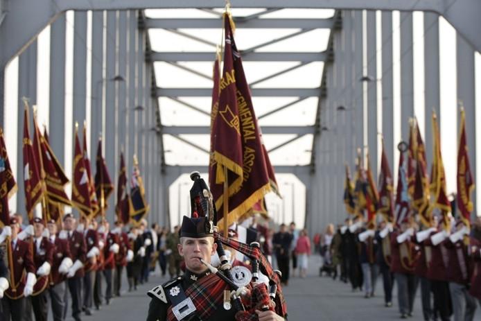 De Massed Pipes and Drums Band van het Britse leger op de John Frostbrug in Arnhem.