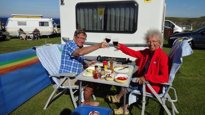Ton en Iet Jacobs bij hun caravan.