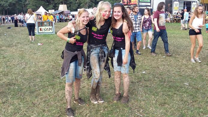 'We gingen een beetje springen bij het Nozem-podium, en toen zaten we onder de modder', zeggen deze drie meiden uit Putten.
