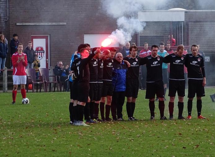 Een minuut stilte voor de wedstrijd van het eenmalig in het zwart spelende SC Rheden.