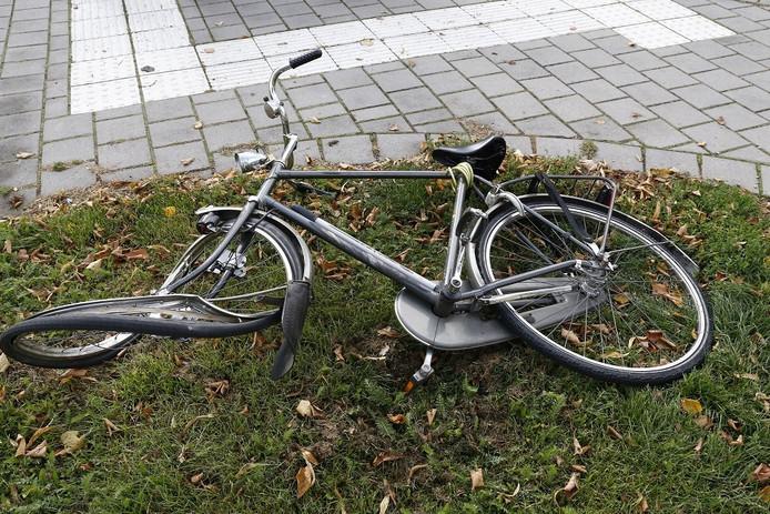 Beschadigde fiets na aanrijding op de kruising Aleidestraat en Jan van Cuijkstraat in Cuijk