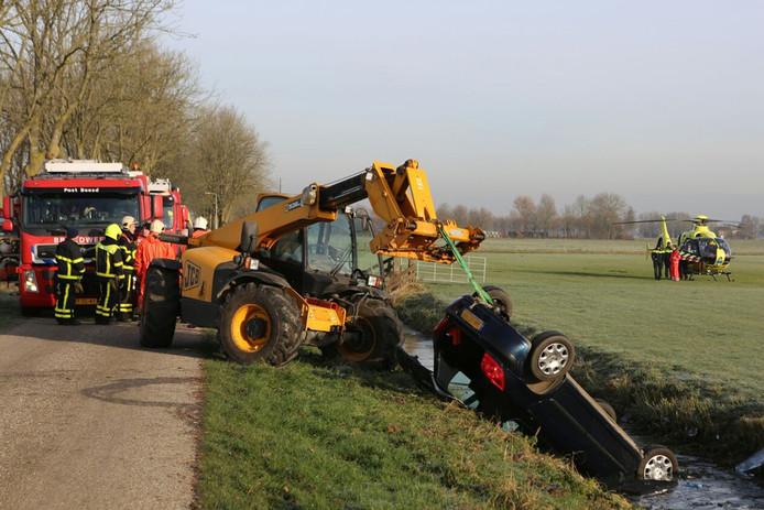 Een boer heeft in Gellicum het leven gered van een 48-jarige vrouw, die kort daarvoor met haar auto in de sloot was beland.