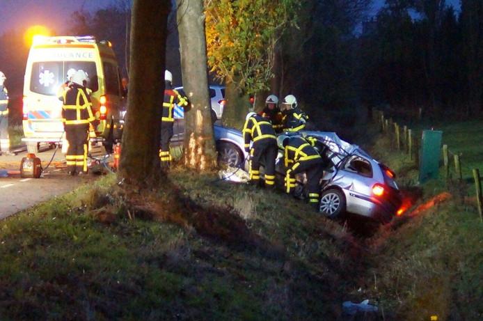 Brandweerlieden moesten de bestuurder van de auto bevrijden nadat hij bekneld was komen te zitten bij een eenzijdig ongeluk.