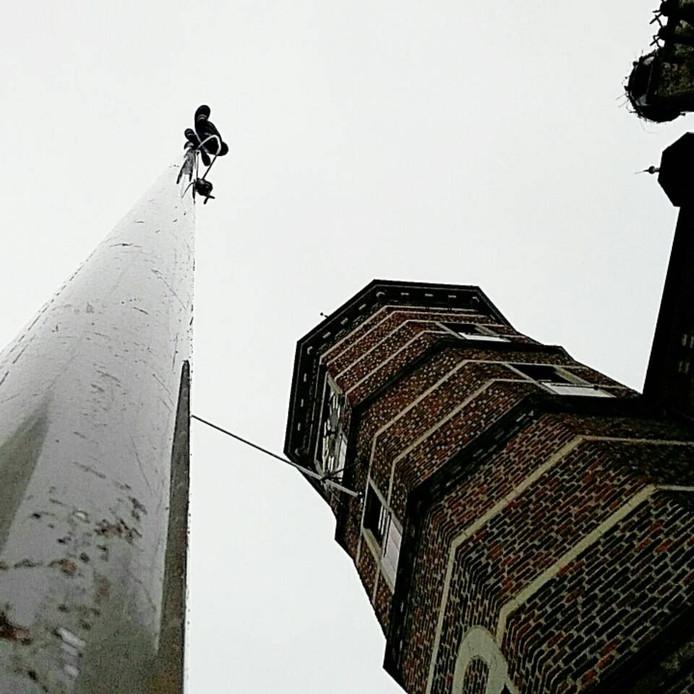 Een van de vlaggenmasten naast het stadhuis in Gennep.