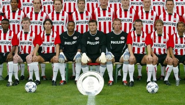 Selectiefoto PSV uit het seizoen 2002/2003, met Ronald Waterreus in het midden op de eerste rij. Naast hem Jelle ten Rouwelaar.