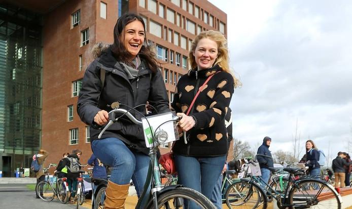 Internationale student Alessandra Moncho uit Venezuela probeert aan het begin van studiejaar 2015-16 haar nieuwe fiets uit in Wageningen.