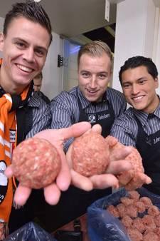 Selectie Jodan Boys draait gehaktballen voor supporters