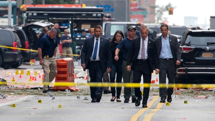 Cuomo, hier rechts te zien, bezoekt de plaats van de explosie in New York