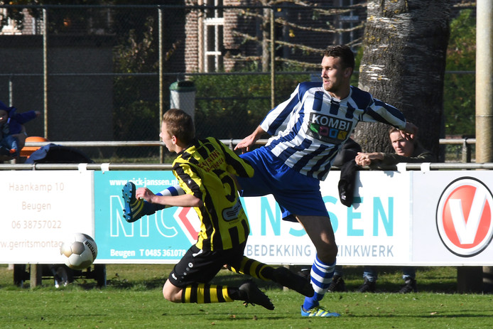Boyd van Sambeek (rechts) grapt de bal weg voor de vallende Camiel Smits (VIOS'38).