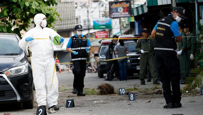 Forensisch onderzoekers aan het werk op de plek van de aanslag.