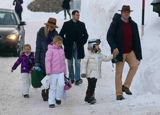 Het gezin van prins Willem-Alexander en prinses Máxima vanochtend in Lech.
