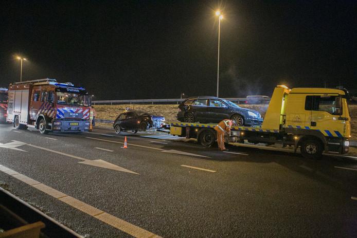 Twee van de betrokken auto's raakten dusdanig beschadigd, dat ze door een berger zijn meegenomen.