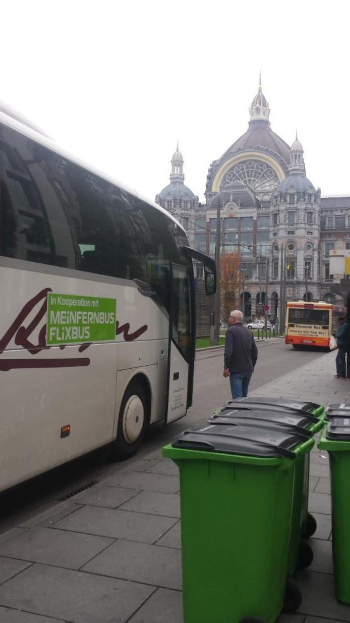 De bus bij het station van Antwerpen.