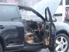 Porsche vliegt spontaan in brand in Arnhem