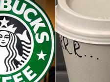 Medewerker Starbucks grapt met tekst op beker stotteraar